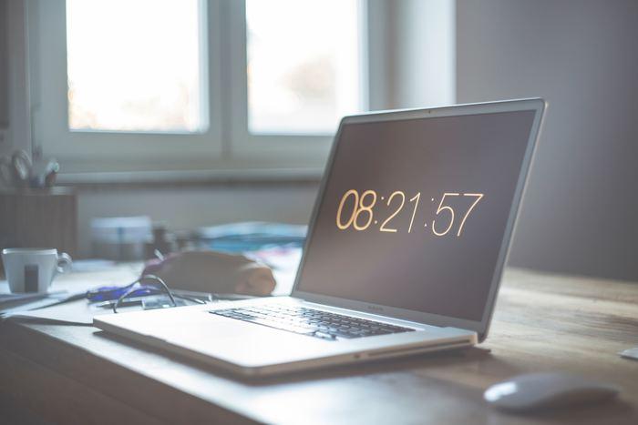時間は無限にあるように錯覚しがちですが、人生という自分の持ち時間には限りがあります。その限られた時間のなかで、「しなくてもいいこと」に時間を費やすのはもったいないことです。自分が何にどれくらいの時間を費やしているのか、手帳やノートに記録してみると、ムダな時間が見つけられます。そこから「しなくてもいいこと」を洗い出していきましょう。