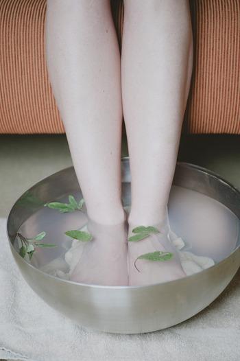 足湯から始めてゆっくり体を温めていくと、皮膚も柔らかくなり汚れも落ちやすくなりますよね。徐々に体を温める習慣をつけて、自分が心地いいと感じる温もり方でリラックス法を取り入れましょう。