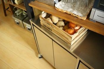 ベジタブルストッカーをわざわざ用意しなくても、こんな木箱があればすぐに野菜が保存できますよ。ちょっとした隙間に引き出しのように配置すれば、空間を有効活用できます。