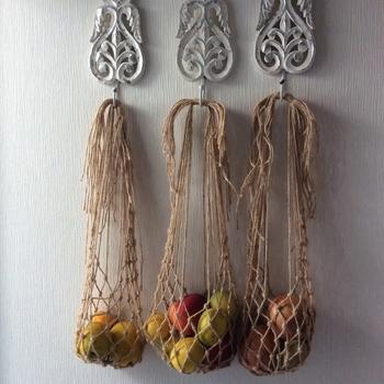 こちらは細い麻紐で編まれたネット。吊るすことで通気性がよくなり、野菜を腐りにくくしてくれます。こんなふうに3つ並べてあげれば、まるで外国のおしゃれなキッチンのよう!