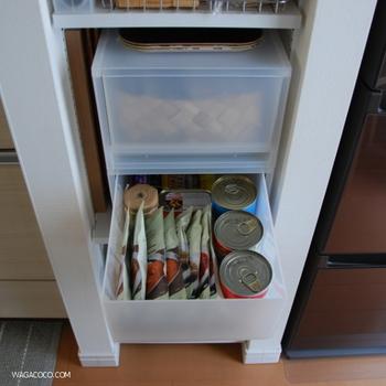 また、使用頻度の低いアイテムのほか、食材や消耗品のストック類も「取り出しやすさ」はそこまで求められていないと思いますので、キッチン台から少し離れたところに収納しておきましょう。