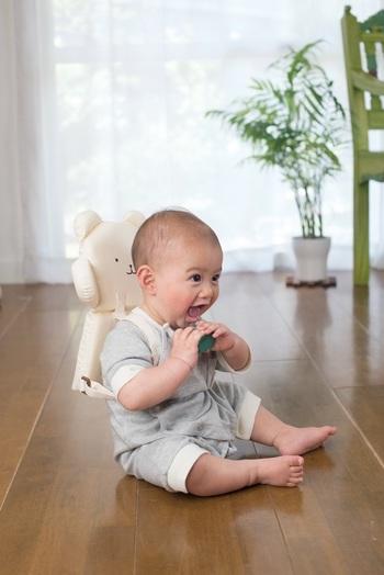 『クッションリュック』はその名の通り、赤ちゃんの転倒から頭を守ってくれるリュックのことをいいます。ふんわりやわらかな素材で軽量なので赤ちゃんの動きを妨げず、嫌がらずに背負ってくれます♪なんだか赤ちゃんも嬉しそうですね。