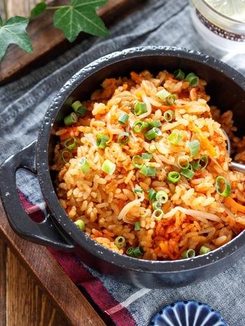 普通に作ると少し手間のかかるビビンバも、炊き込みご飯なら調理時間5分で!焼肉のタレがばっちり味を決めてくれます。キムチを添えても美味しそうですね。