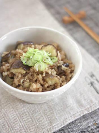 ちょっと珍しい、なすを使った炊き込みご飯のレシピ。炊きながらじっくりと火を通すので、とろけるような食感が楽しめます。秋なすで作ってみたいですね!