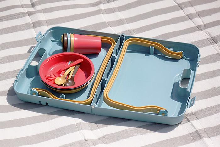 テーブルを畳むとトランクのようになり、重ねた食器が全てきれいに入ります。荷物がコンパクトになるので、持ち運びの際も安心です。