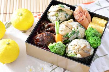 舞茸の混ぜご飯弁当は、混ぜご飯をおにぎりにすることでより見映えがよくなりますね。お重などに詰めて、行楽弁当にするのもいいですね。