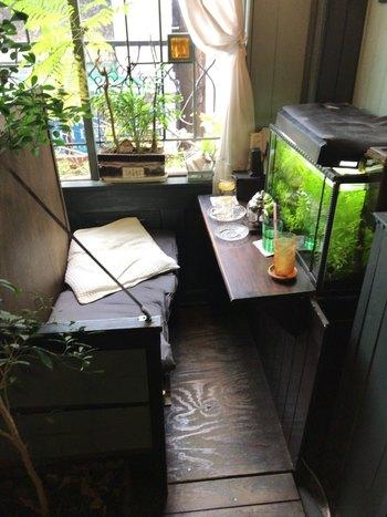 読書の合間に金魚を眺めてぼーっとできるボックス席。  アクアテラリウムのある席、ぬいぐるみや万華鏡のある席…店内が空いている時の席替えは自由♪