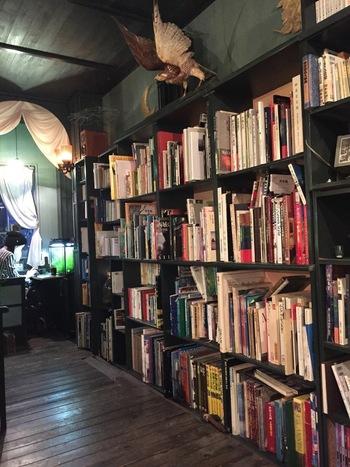 「蔵書は 文学(短編集、詩集) 写真集 画集・美術書 絵本 自然科学 思想 哲学 心理学 文学系漫画 旅行書 等幅広く取り揃えております。もちろん本の持ち込みもOKです。」(byお店)。