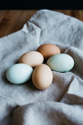 卵は茹でる前に室温に戻しておくと剥きやすくなります。また、冷蔵庫から出してすぐの卵をお湯に入れると、温度差で殻が割れ、白身が出てしまうこともあるので注意が必要です。