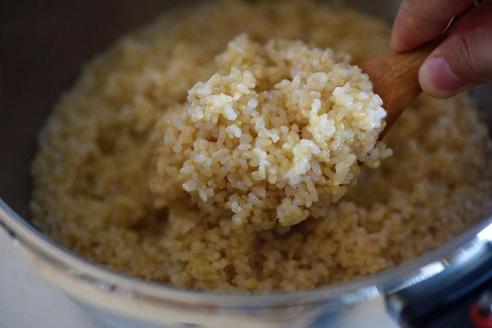 圧力鍋で玄米を炊くと、もちもちに仕上がるのが特徴。もちっとした食感が好きな方におすすめです。炊き方は、6時間以上浸水させた玄米に、塩、水(2合なら400CC程度)を加えて圧力鍋へ。鍋にもよりますが、約20分加圧し、自然放置して蒸らします。