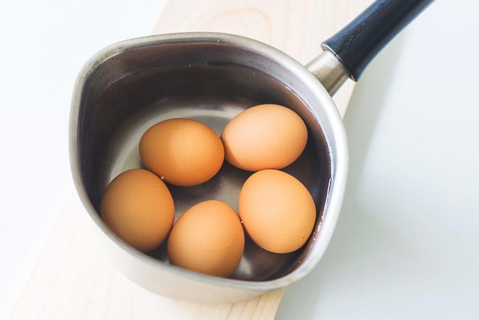 半熟卵は水でもお湯でもどちらでも作れますが、慣れないうちは「お湯から」がおすすめです。水からだと茹で加減の調整が難しく、お湯から作る方が失敗しにくくなるからです。