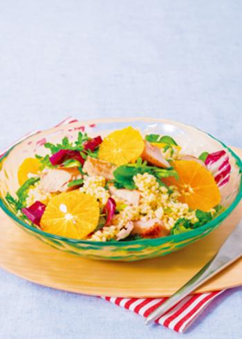 発芽玄米や、グリルチキン、野菜、オレンジなど、栄養満点の素材が集結したこちらは、メインに近い充実度でまさにパワーサラダ。ヘルシーライフの頼もしい味方になってくれそうですね。