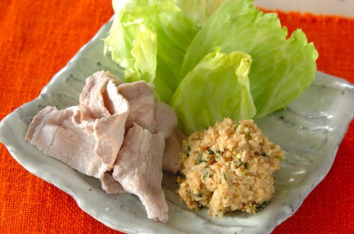 玄米入りの肉味噌を、豚肉とともにレタスに巻いて食べるスタイル。肉味噌は、玄米を加えることでボリュームアップし、お肉の量も控えられるのでヘルシーです。