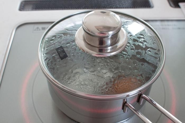 水から作る場合は卵を室温に戻す必要がなく、冷たいまますぐに使えるというメリットがあります。調理前に時間がないときなどにおすすめの方法です。沸騰したら火を止めて、理想の茹で加減に仕上げます。