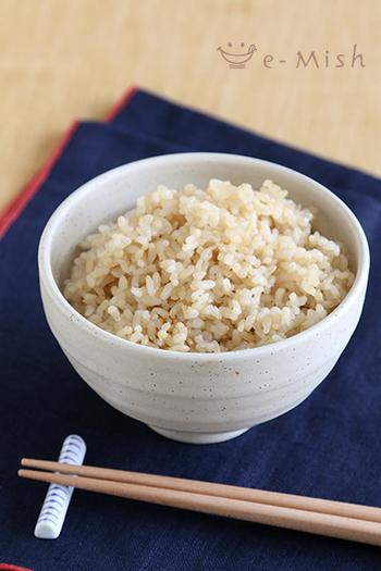 手軽さでいえば、やはり炊飯器が一番。予約炊飯ができるので、朝もほかほか炊きたての玄米ご飯が食べられます。浸水時間は6時間程度で、塩を少し加えて炊くと柔らかくなります。水加減については、玄米モードのある炊飯器なら指定の水量でふっくら炊けますし、また玄米モードがない場合は1.5~2倍にして炊きましょう。