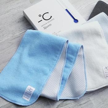 一見、シンプルな普通のタオルに見えるこちらのアイテム。実は裏側に、冷たく感じる特殊な素材を使用しています。