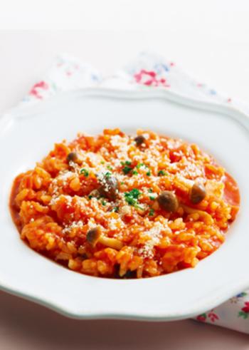 材料を全て耐熱容器にいれてチンするだけ!残りごはんや余った食材で作れるお役立ちレシピです。このレシピのためにトマトジュースをストックしておきたくなるかも?