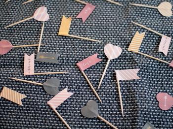 気に入った素材をプリントしたら、あとは爪楊枝に貼り付けるだけ。運動会の準備として、お子さんと一緒に手作りするのもいいですね。