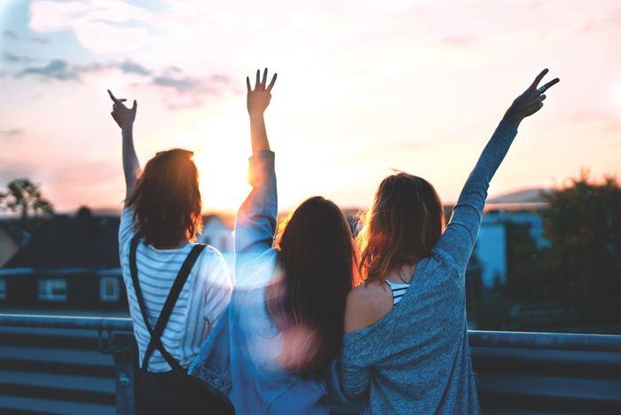 きちん感謝をと伝えられる人は、ポジティブな考え方が身につきます。周囲の人たちの良いところを積極的に見つけて行けるので、良い人に好意を持たれやすくなり、自然と同じ考え方を持つ人たちが集まってくるように。
