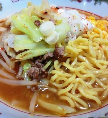 玉ねぎ味噌は、味噌ラーメンのスープとしても使えます。まろやかなコクが広がるスープに、お肉や野菜を加えることでさらに美味しさがアップ!太麺が好相性◎