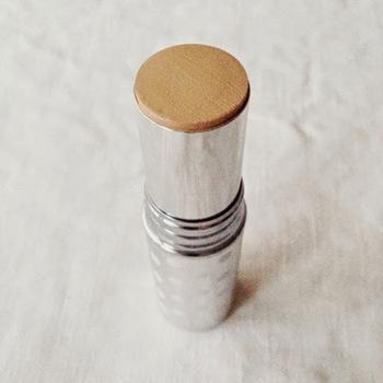 スティックファンデーションとは、リップクリームのように繰り出し式のスティック状のファンデーションのこと。繰りだしたファンデーションを直接肌へと塗り、スポンジで肌へと馴染ませて使用します。