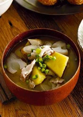 秋は、さつまいもをはじめ、れんこん・ごぼうなど秋冬の根菜をふんだんに使った味噌汁はいかが?火が通りやすいよう、同じ大きさにカットするのがポイント◎ホクホク感と隠し味の生姜が美味しい一杯です。