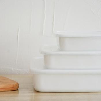 真っ白で清潔感がある野田琺瑯のバット。サイズや形が豊富に揃い、においがつかないのは琺瑯ならでは。直火もオーブンも OK で、そのまま食卓にサーブできます。