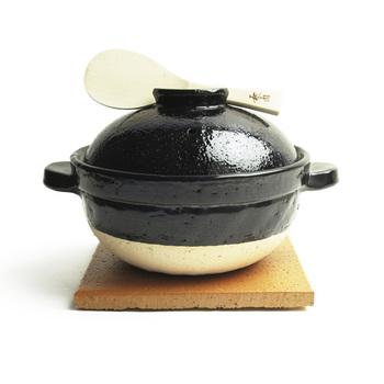 10年かけて開発された炊飯土鍋かまどさんは、火加減いらず、吹きこぼれなしで、おいしいごはんが炊けるんです。芯までじっくり火を通すので、たった15分でつやつやふっくらのごはんが炊けるんです。