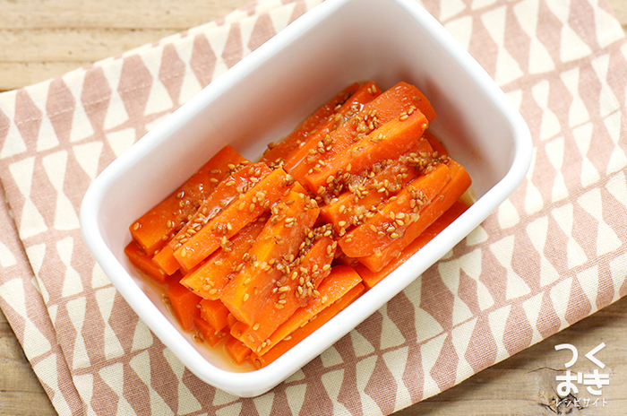 まずはシンプルに、人参と調味料だけでできるナムルのレシピからご紹介します。人参を食べやすいサイズに細切りにして、ゆでて和えるだけの簡単レシピ。10分でできちゃいます。「中華スープの素」を人参の量に合わせて加減するのがおいしさのコツですよ。 【保存期間:冷蔵庫で5日】