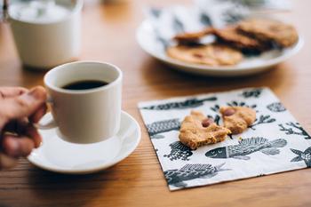絵柄が個性的でとっても素敵な鹿児島睦さんのペーパーナプキン。取り皿代わりに使ったり、揚げ物の敷物として使ったり、用途はいろいろ。素敵な絵柄のペーパーナプキンがあるとちょっぴりうれしいですよね。