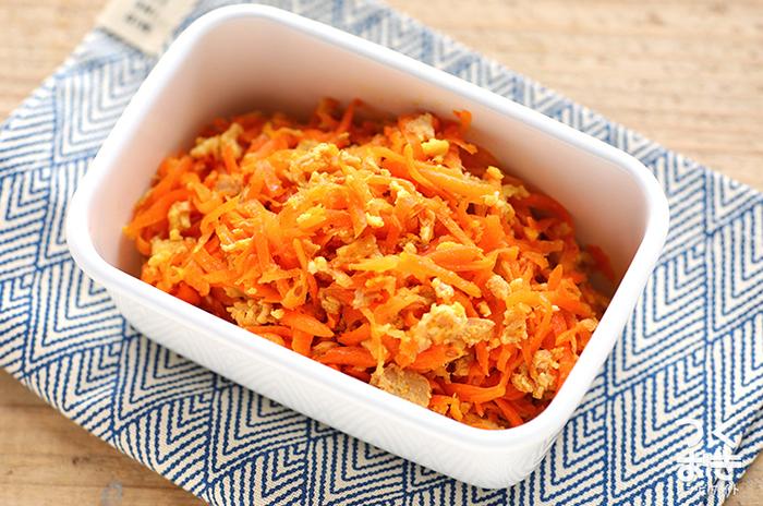 「しりしり」とは沖縄の郷土料理で、千切りにした人参を卵などと炒め合わせたものです。こちらはツナ入りのレシピで、なるべく細く切るのが美味しく仕上がるコツなのだそう。スライサーなどを使って工夫してみてくださいね。  【保存期間:冷蔵庫で4日】
