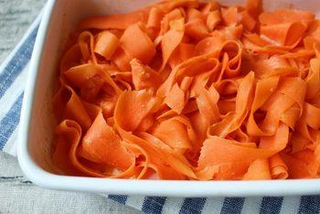 ナムルと同じく人参だけを調味料で味付けしたレシピですが、調味料を変えるだけで味わいががらっと変化します。こちらはオーロラソースで和えたレシピ。人参はレンジで加熱するのでお手軽です。  【保存期間:冷蔵庫で5日】