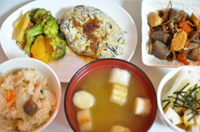 作り置きレシピがあれば、秋の食卓をより豪華に演出できます。夏の疲れも秋野菜グルメで吹き飛ばしましょう。秋が旬のおいしいものを少しずつ食べて寒い冬までずっと元気に!そんな充実した食べ方ができるのも、作り置きレシピの魅力です。