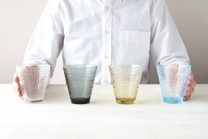 フィンランドを代表するガラスデザイナー、Oiva Toikka(オイヴァ・トイッカ)によって1964年にデザインされた『Kastehelmi(カステヘルミ)』シリーズ。発売後しばらく廃盤となっていましたが、2010年にオイヴァ・トイッカのデビュー50周年を記念して復刻されました。