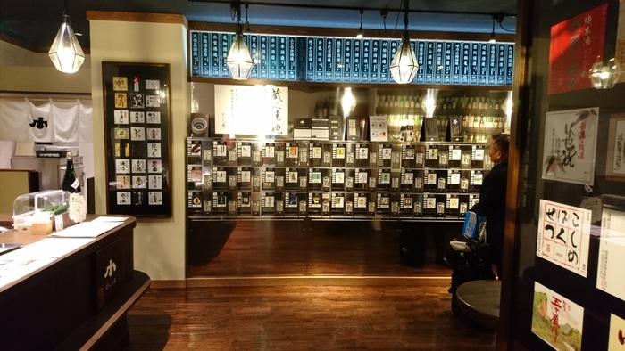 日本酒を飲み比べできる「ぽんしゅ館」が長岡駅にあります。500円で5枚のコインと交換でき、そのコインを使って100種類以上あるお酒の飲み比べを体験できます。長岡の地酒がおすすめですよ。また、お酒をはじめ長岡のお土産品の販売もあります。駅構内にある施設なので、長岡から帰るタイミングでお土産を購入するついでに訪れてみてはいかがでしょう。