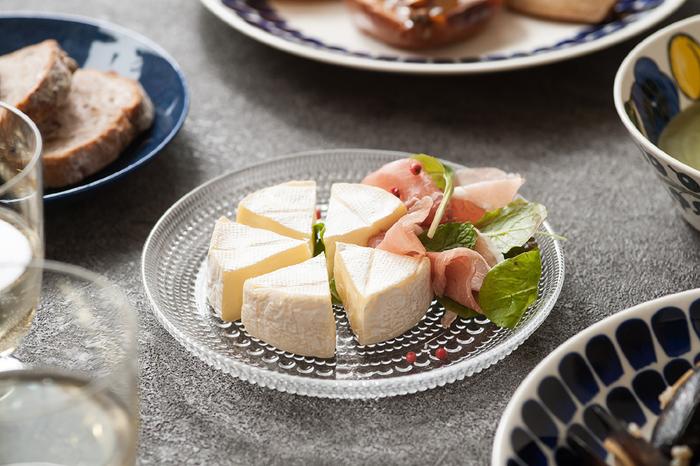 こちらは一番小さい17㎝のプレートです。前菜やおつまみの盛り皿や、大皿料理の取り分けなど、様々な使い方が楽しめる程よいサイズ感も魅力です。こちらのように北欧食器と合わせると、カステヘルミの洗練されたデザインが一層際立ちます。