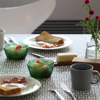 こちらのように鮮やかなカラーのボウルをアクセントにすると、北欧らしいモダンで洗練された雰囲気を演出できますよ。こんなに素敵な朝食なら、一日中幸せな気持ちで過ごせそうですね♪