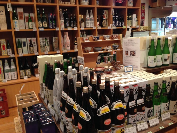 ぽんしゅ館でもたくさん取り扱いがある「日本酒」を長岡へ訪れた記念にお土産として購入してみるのはいかがですか?長岡駅構内にはたくさんの日本酒が販売されているので、帰る直前に購入することも可能です。お酒好きの方へのお土産にも喜ばれることでしょう。その他にも、長岡駅には長岡花火をモチーフにしたお菓子や笹団子なども販売されているので、ぜひ探してみてくださいね。