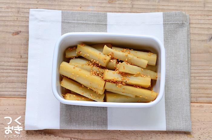ごぼうを使った作り置きレシピはわりと長めに日持ちするものが多いのも嬉しいところ。こちらは箸休めにも最適なお酢でさっぱり食べられるレシピです。ごぼうは切ってから水にさらしておくと、変色を防いで美しく仕上げられますよ。  【保存期間:冷蔵庫で7日】