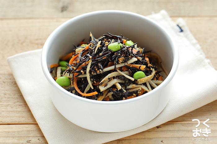 サラダは出来立てじゃないと、と思いがちですが、作り置きすることで味がしみこんでさらにおいしくなるサラダもありますよ♪こちらはごぼうとヒジキがメインのサラダ。同じ秋野菜の人参も入っています。キレイな彩りになる枝豆も忘れずに入れましょう。  【保存期間:冷蔵庫で7日】