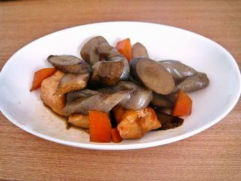 どこか懐かしい味の和風煮物。ごぼうが良い味わいを引き出してくれます。メインおかずにしても良いし、小鉢で少しだけ添えるのも良いですね。素材を小さめに切れば、卵焼きや混ぜご飯の具にも使えるのだそう♪  【保存期間:冷蔵庫で7日】