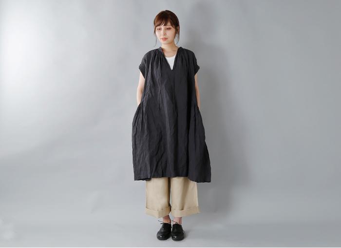 裾に向かって緩やかに広がるシルエットのギャザーワンピース。重くなりがちな黒もリネン素材であれば軽やかな印象に。ベージュのチノパンと合わせることで、甘くなり過ぎずに大人なスタイルの完成です。