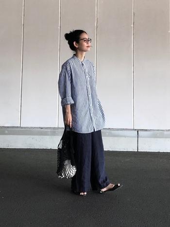 ゆったりシルエットのワイドパンツに、ビッグサイズのシャツを合わせたメンズライクなスタイリング。足元にサンダルを合わせることで女性らしさもキープ。ヘアスタイルをまとめることでスッキリとし、こなれた印象になります。