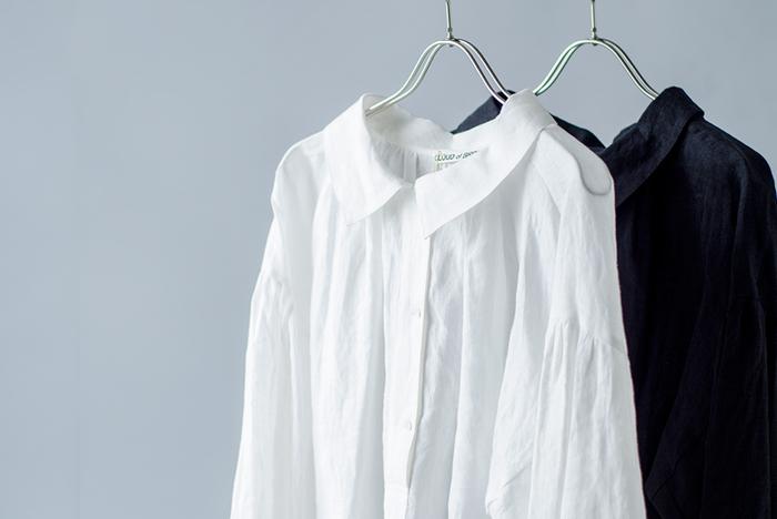 風通しが良く、吸水性もあり丈夫で長持ちするリネン素材のお洋服。柔らかな質感で品良くナチュラルに決まり、今の季節のおしゃれにもぴったりですよね。今回は、定番のブラウスや、一枚あると便利なワンピース、そしてトップスとの組合わせが楽しいパンツのナチュラルコーディネート術をご紹介します。