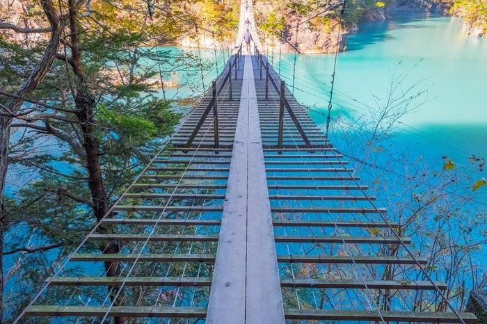 中でもおすすめなのが美しいブルーの湖の上を渡る「夢のつり橋」。プロムナードのコースに入っています。 湖の青は、日によって見え方が違うので、どんな色に見えるかはその日のお楽しみ。運がよければ目が覚めるようなミルキーブルーに出合えるかもしれません。ぜひ紅葉と一緒に楽しんで。