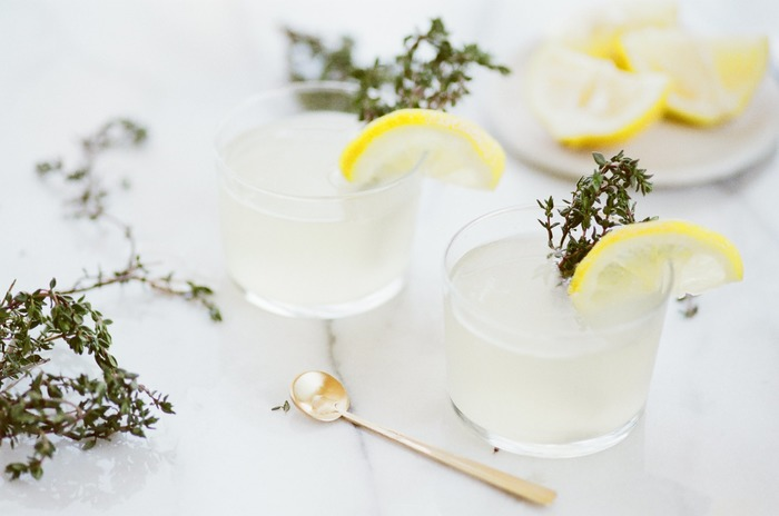 お部屋へ出迎えて、最初に差し出すのは手作りのフレーバードリンク。ほのかに香るハーブやレモンの香りが爽やかで心地いい。