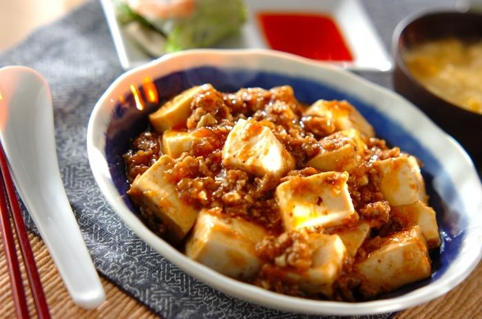 豆板醤を使ったピり辛の麻婆豆腐は、中華料理の中でも1番人気といってもいいかも。そのおいしさにご飯が進みますね。より本格的に作るには、豆鼓(とうち)や花椒(ホワジャン)を加えるのもおすすめです。