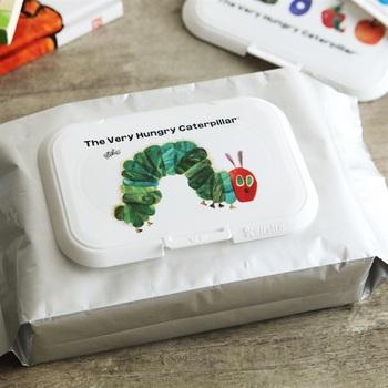 """お弁当の時に手を拭いたり、汗をさっと拭いたりする時に便利な""""ウェットシート""""。でも、市販のパッケージのままだと、ちょっと味気ないですよね。そんな時にオススメなのが、取り出し口にペタっと貼り付けるだけの""""ふた""""。あっという間に可愛いパッケージに変わります。かわいいだけでなく、ウェットシートの乾燥防止にも◎"""