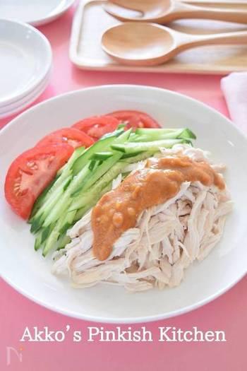 蒸し鶏に、芝麻醤(ジーマージャン)などのごまだれをかけた四川料理、棒棒鶏(バンバンジー)。日本では比較的マイルドな味のものが多いようですが、本場では唐辛子のきいた辛いものが一般的。たまには本場流にピリッと辛い棒棒鶏もいいですね。