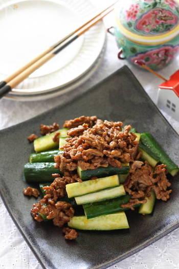 ひき肉と、きゅうりなど野菜が一種類あれば、あっという間にできてしまう、超簡単おかず。豆板醤がきいたひき肉は、どんな野菜もワンランクおいしくしてくれます。もちろん、おつまみにもお弁当にも。